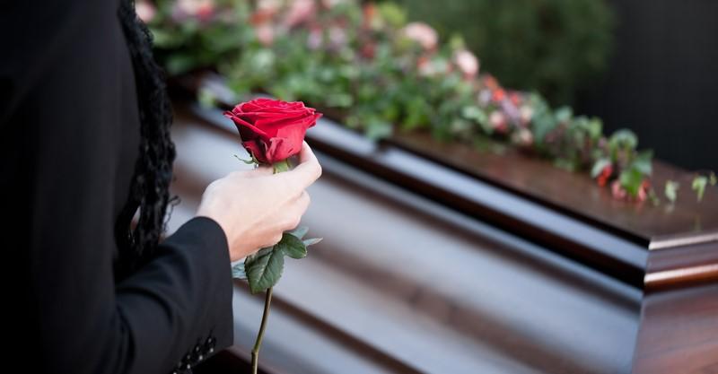 Trauerfloristik, einzelne Rose als Blumenschmuck