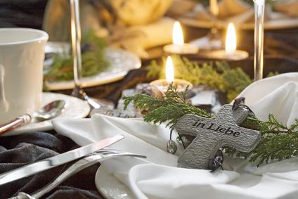 Ablauf einer Beerdigung: Geschmückter Tisch für einen Beerdigungskaffee