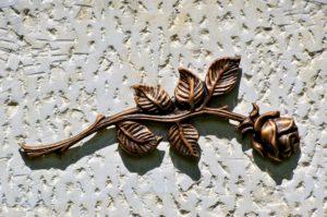 Rosenemblem auf einem Grabstein