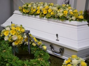 Sarg mit Blumenschmuck vom Friedhofsgärtner