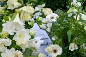 Bestattungskosten: Trauerkranz mit Schleife