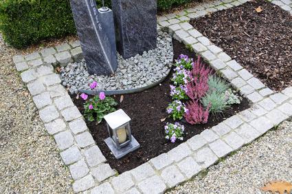 Grablaterne auf Urnenwahlgrab