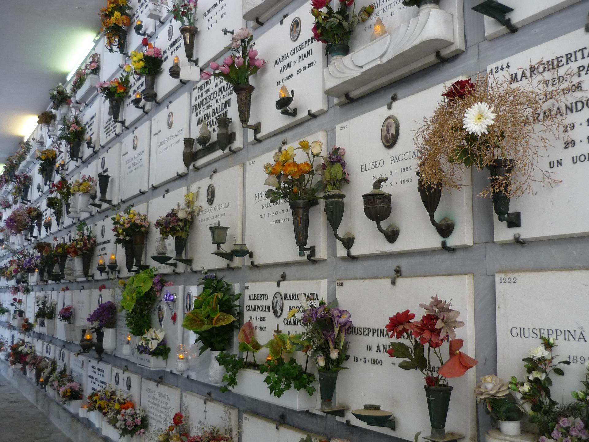 Urnenwand zur Verwahrung der Asche nach der Einäscherung