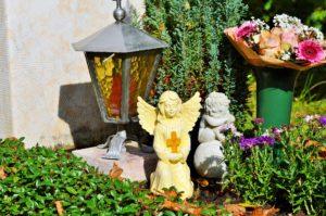 Grabschmuck: Grablaterne mit Engelsfiguren