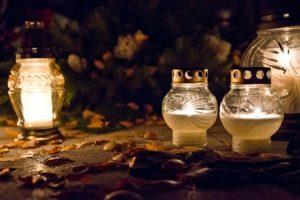 Totensonntag: Weiße Grablichter