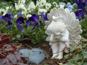 Gedenkstein mit Engelsfigur als Grabschmuck