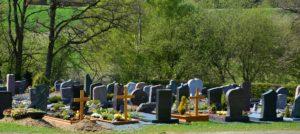 Kosten einer Erdbestattung: Gräber auf einem Friedhof