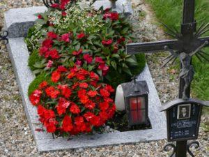 Liebevoll gestaltetes Urnengrab