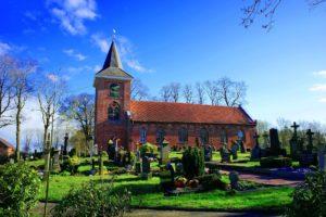 Dorffriedhof mit Kirche