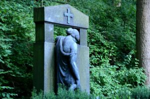 Anonyme Bestattung: Grabmal auf einem Waldfriedhof