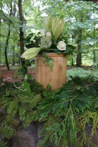 Bestattung im RuheForst: Biourne mit Urnenkranz