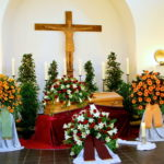 Trauerhalle mit Blumenschmuck vom Friedhofsgärtner