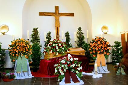Trauerfloristik: Trauerhalle mit Blumenschmuck