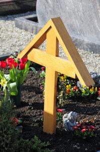 Grabkreuz als Urnenkreuz mit Dach