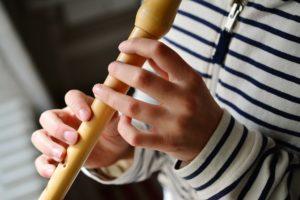 Flötenspielerin spielt Trauermusik