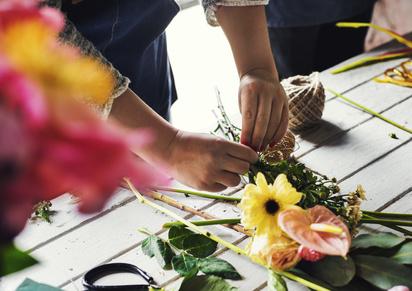 Florist bindet Trauerfloristik