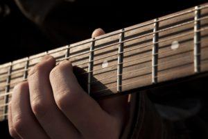 Gitarrenspieler spielt Trauermusik