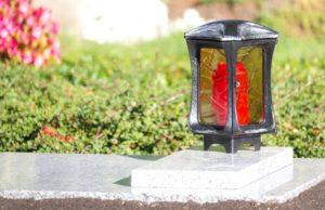 Grabgestaltung: Grablampe mit Öllicht