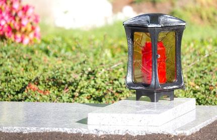 Eine Grablaterne: Grablampe mit Öllicht