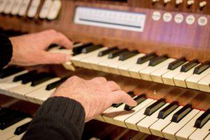 Erdbestattung: Organist spielt Trauermusik