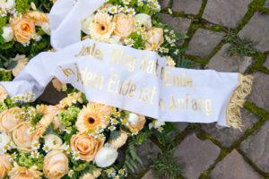 Trauerhilfe und Trauerbewältigung: Kranz mit Schleifenband