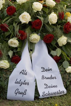 Trauerkranz mit Flor und Schleifentext