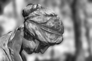 Motiv für eine Trauerkarte: Grabfigur