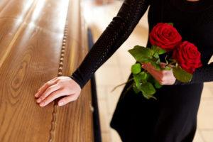 Frau mit Trauerkleid auf einer Beerdigung