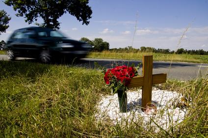 Grabkreuz als Unfallkreuz am Straßenrand