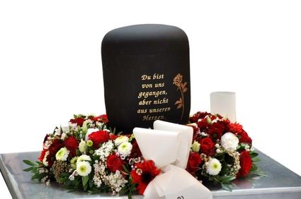 Trauerfloristik: eine Urne bei der Trauerfeier
