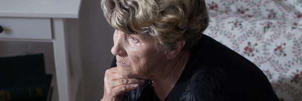Trauerhilfe und Trauerbewältigung: Trauernde ältere Dame