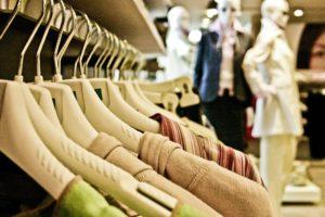 Trauerbewältigung und Trauerhilfe: Kleiderbügel in einer Boutique