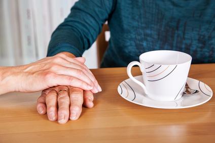 Trauerhilfe und Trauerbewältigung: Seniorin wird getröstet
