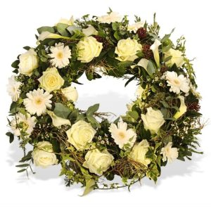 Trauerkranz mit cremefarbenen Blüten
