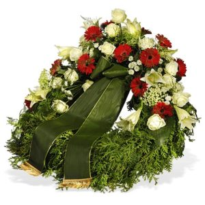 Trauerschleife in grün an symmetrisch gestecktem Kranz