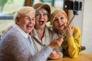 Ältere Damen machen ein Selfie