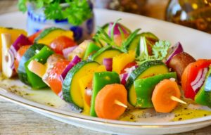 Gemüsespieße auf einem Teller