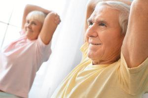 Älteres Paar bei der Gymnastik