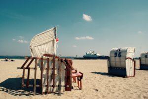 Seebestattung vor Travemünde: Strandkörbe am Strand
