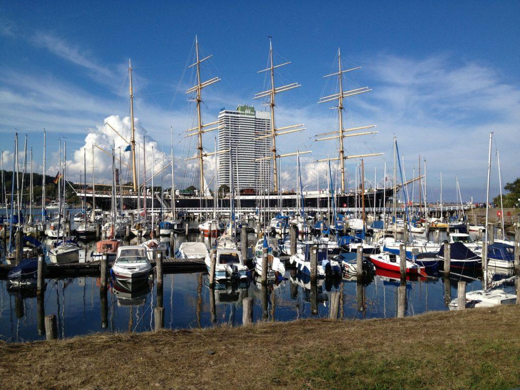 Seebestattung vor Travemünde: Segelboote im Hafen