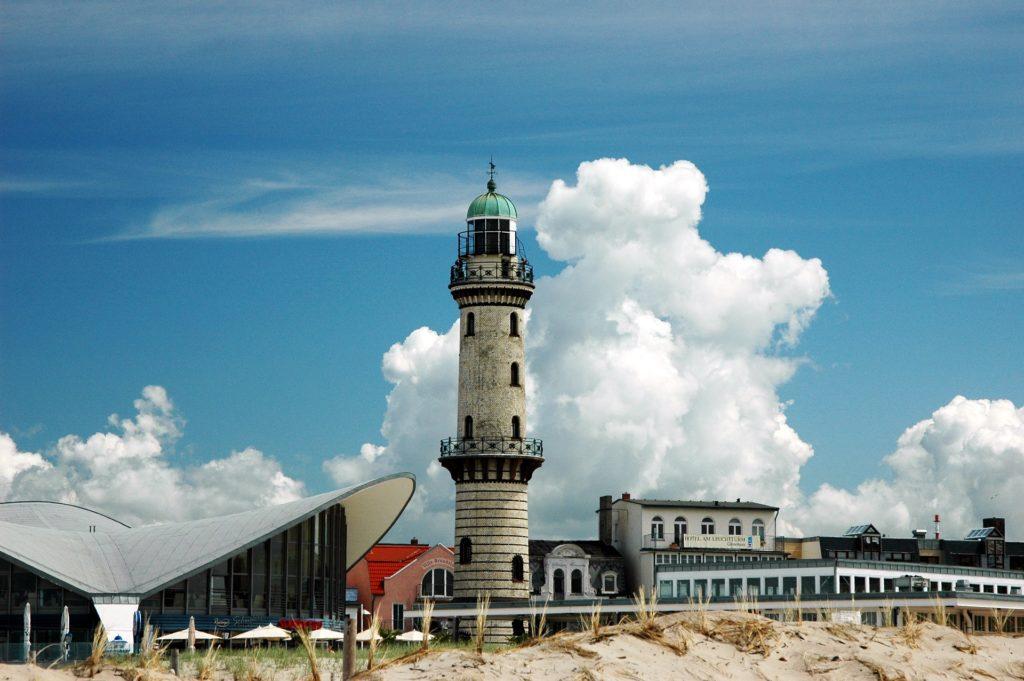 """Seebestattung vor Warnemünde: Leuchtturm und """"Teepott"""""""