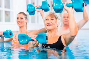 Ältere Dame bei der Wassergymnastik