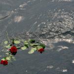Rosen treiben auf der Wasseroberfläche als letzter Gruß für den Verstorbenen