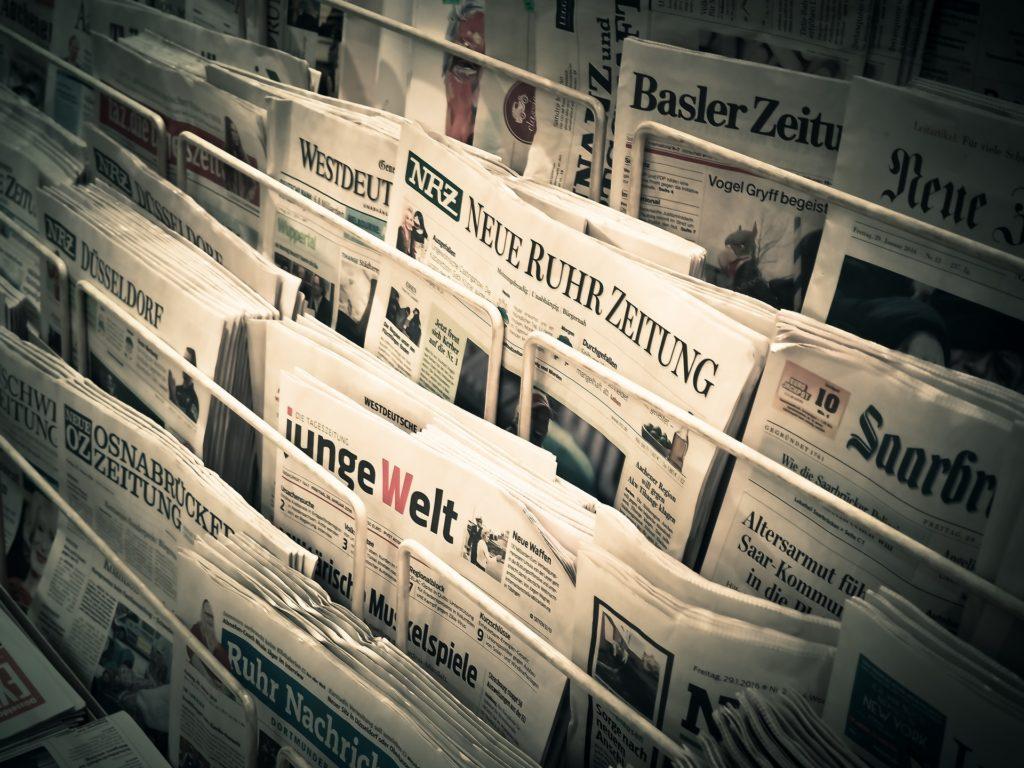 Bestattungskosten steigen: Tageszeitungen an einem Verkaufsstand