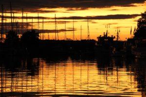 Seebestattung vor Niendorf: Hafen in der Abenddämmerung