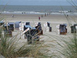 Seebestattung vor Norderney: Strand mit Strandkörben