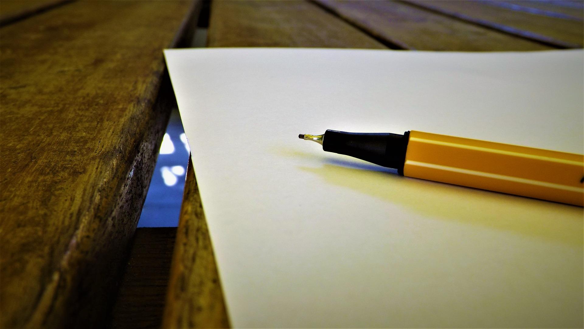 Trauerrede schreiben: Stift auf einem leeren Blatt Papier