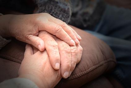 Trauerhilfe und Trauerbewältigung: Tröstender Händedruck