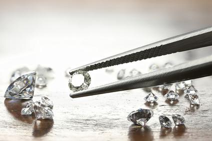 Diamantbestattung: Pinzette mit geschliffenem Diamanten