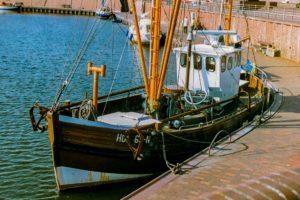 Seebestattung vor Hooksiel: Fischkutter im Hafen